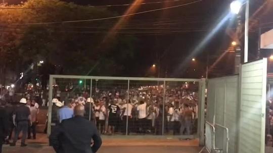 """Torcida do São Paulo protesta na porta do Morumbi após empate com o CSA: """"Vergonha"""""""