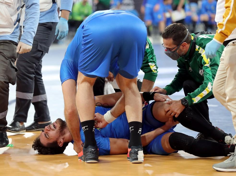 José Toledo sofre lesão no Mundial de handebol — Foto: REUTERS/Khaled Elfiqi