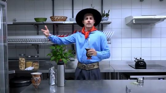 Miguel Coelho ensina a fazer chimarrão nos bastidores de 'Espelho da Vida'