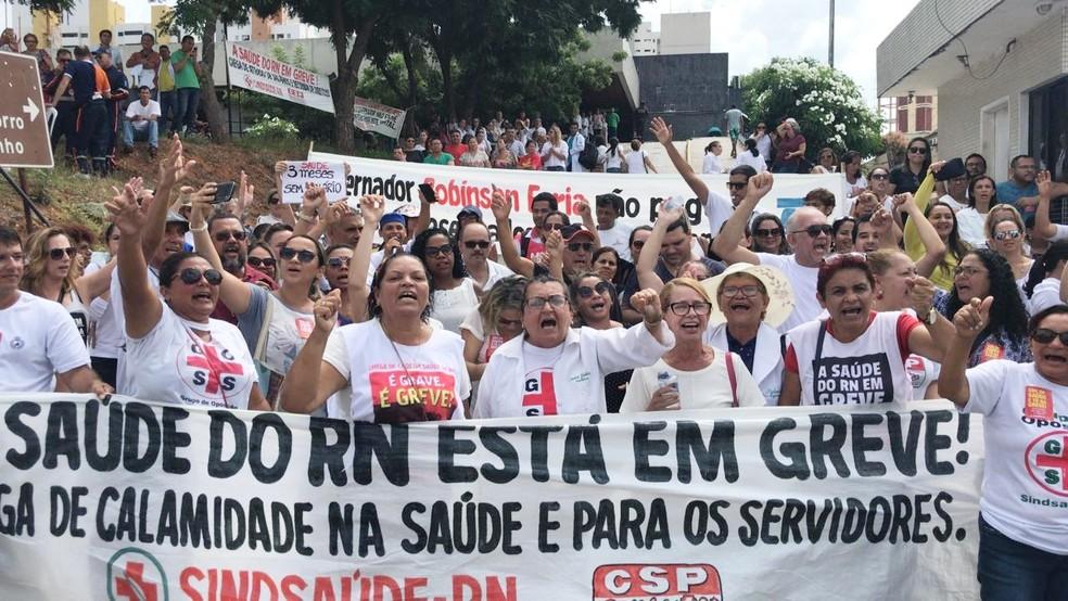 Na frente do Hospital Walfredo Gurgel, o maior do RN, servidores da saúde também protestaram  (Foto: Ítalo Di Lucena/Inter TV Cabugi)