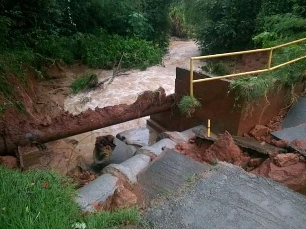 Ponte do bairro São Luiz, em Cerquilho (SP), ficou danificada  — Foto: Arquivo Pessoal