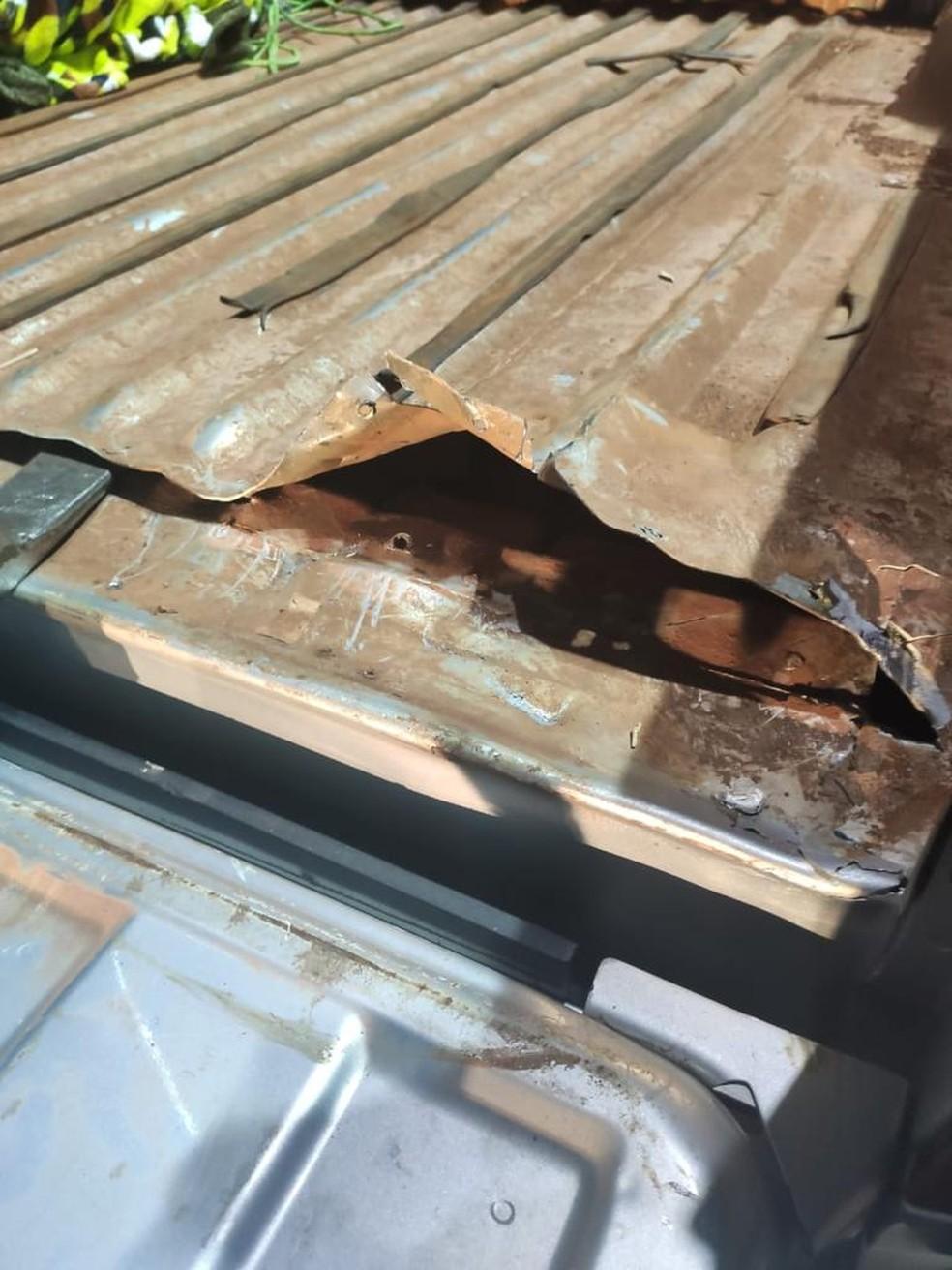 Droga estava escondida em fundo falso na lataria do carro em Pirajuí (SP) — Foto: Polícia Rodoviária/ Divulgação