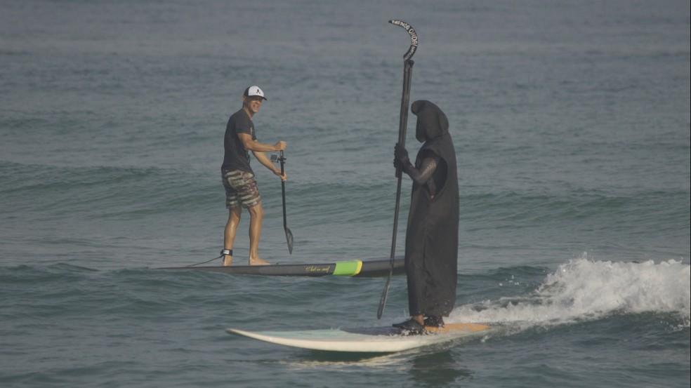 Surfista se veste de morte em vídeo de conscientização sobre a Covid-19 na praia de Maresias — Foto: Rafael de Oliveira/Tirando Onda Surfvlog