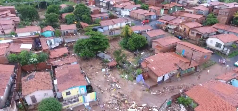 Casas atingidas após lagoa de clube transbordar e romper muro do terreno na Zona Sul de Teresina — Foto: TV Clube
