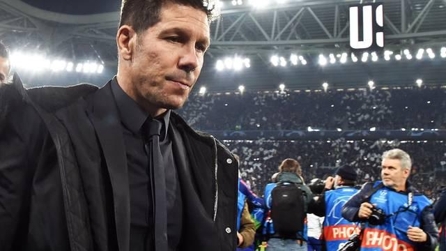 Diego Simeone, cabisbaixo, deixa o estádio da Juventus