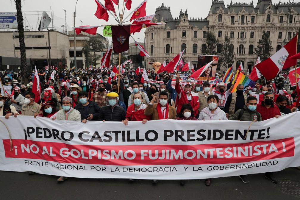 Manifestantes favoráveis a Pedro Castillo criticam em protesto em Lima neste sábado (26) a tentativa de Keiko Fujimori em anular parte dos votos nas eleições presidenciais do Peru — Foto: Sebastian Castaneda/Reuters