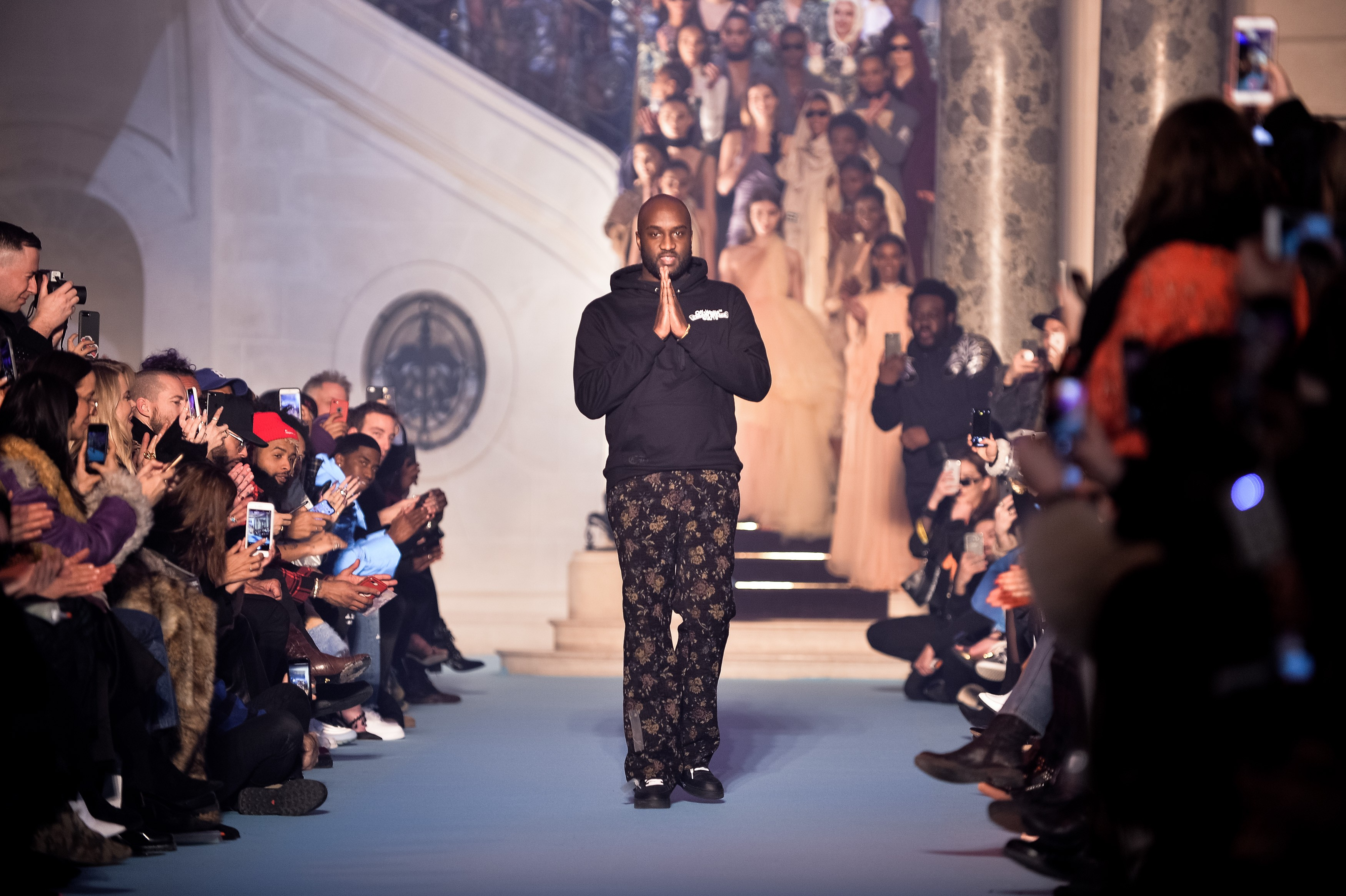Virgil Abloh durante desfile da Louis Vuitton na semana de moda de Paris (Foto: Getty Images/ Francois Durand)