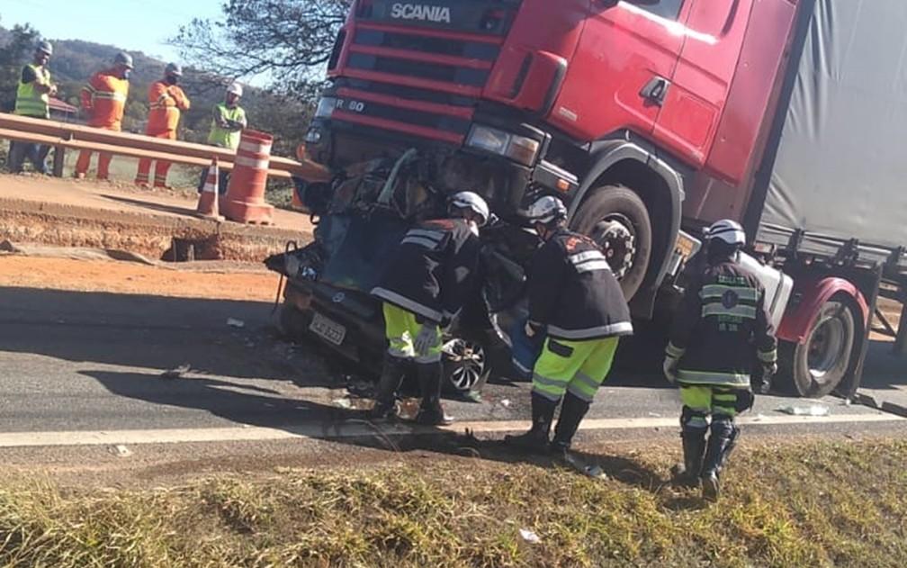 Carro fica destruído após ser prensado por carretas na rodovia Fernão Dias, em São Sebastião da Bela Vista, MG — Foto: Fernando Lima