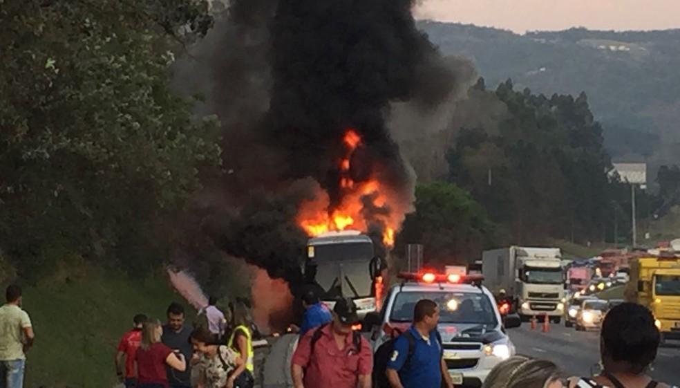 Ônibus com sacoleiros do noroeste paulista pega fogo durante viagem (Foto: Thiago Ariosi/TV TEM)