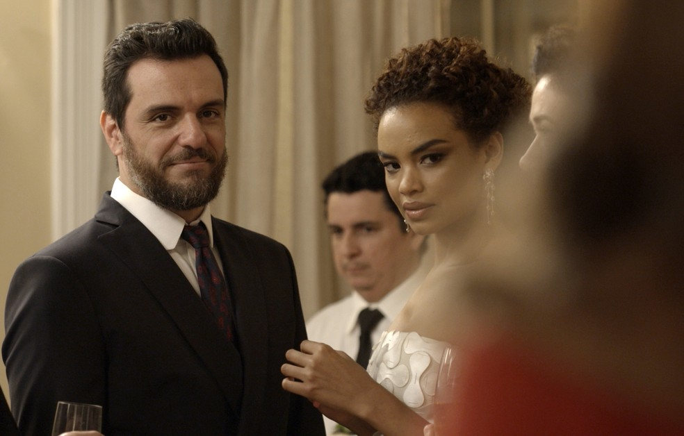 Em 'A Força do Querer', Caio (Rodrigo Lombardi) e Leila (Lucy Ramos) ficam surpresos ao vir Bibi (Juliana Paes) — Foto: TV Globo