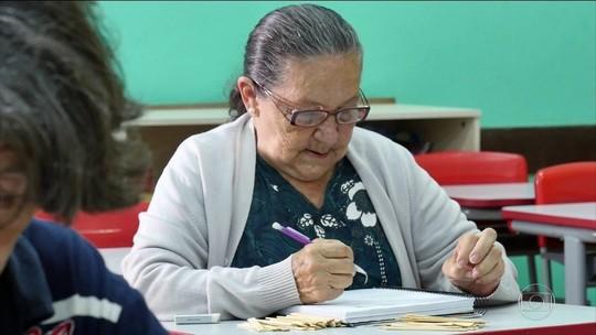 Mulher que aprendeu a ler já idosa tem livro publicado