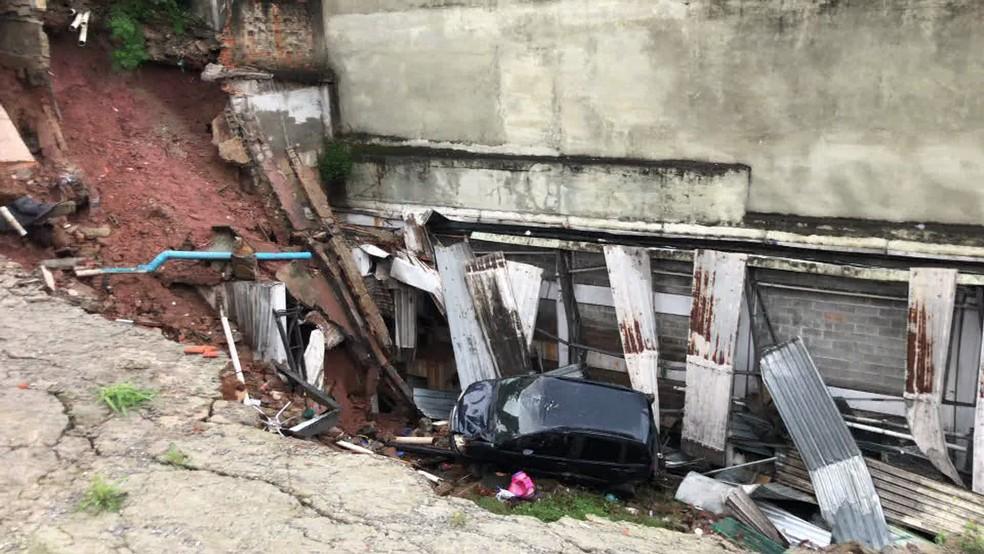 Carros foram engolidos por cratera que se abriu no solo  — Foto: Reprodução/TV Globo