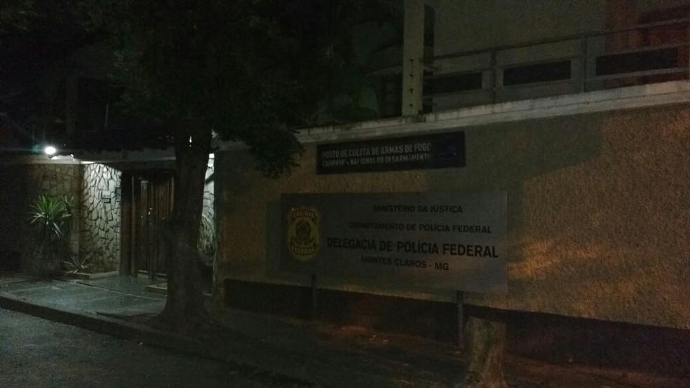 Irmãos foram conduzidos para a PF, na noite desse domingo (5) (Foto: Juliana Peixoto/G1)