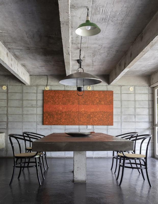 Mesa de jantar e cadeiras desenhadas por Ruy Ohtake, expostas no Instituto Tomie Ohtake (Foto: Divulgação/Ruy Teixeira)