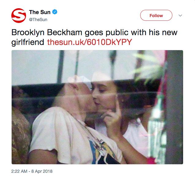 O flagrante divulgado pelo jornal The Sun com Brooklyn Beckham em meio a beijos com a modelo Lexi Wood (Foto: Twitter)