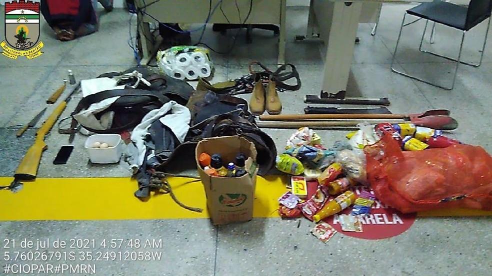 Armas e produtos roubados foram levados à delegacia na Zona Norte de Natal. — Foto: PM/Divulgação