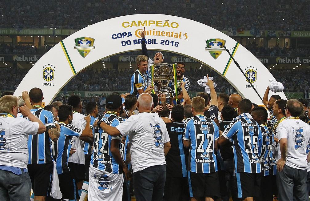 Com braçadeira de capitão, Gabriel ergue taça da Copa do Brasil com Grohe e Maicon — Foto: Lucas Uebel / Grêmio FBPA