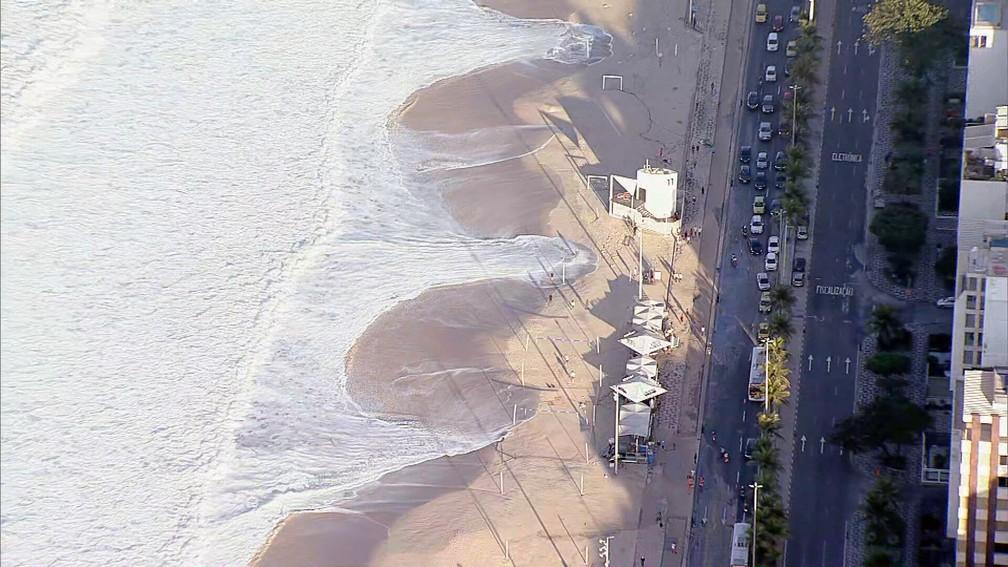 Ressaca no mar e areia na pista no Leblon nesta terça (20) — Foto: Reprodução/TV Globo