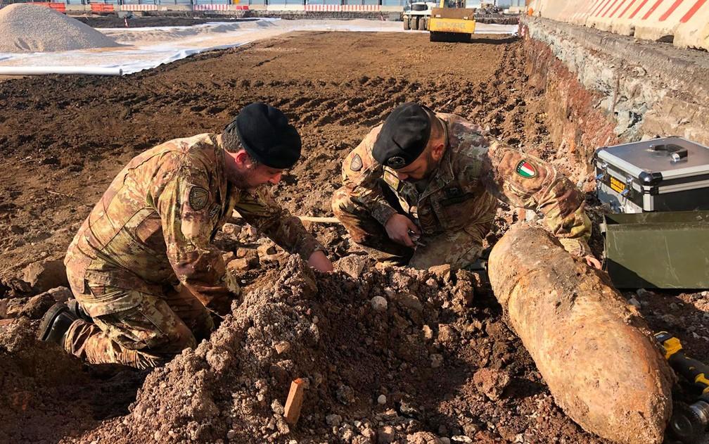 Peritos em bomba do exército italiano removem três bombas alemãs encontradas nos arredores do aeroporto Ciampino, em Roma, na quinta-feira (7) — Foto: Italian Ministry of Defence via AP