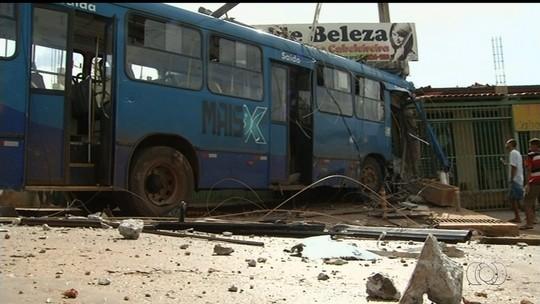 Ônibus desgovernado bate em carro e invade salão de beleza em Goiás