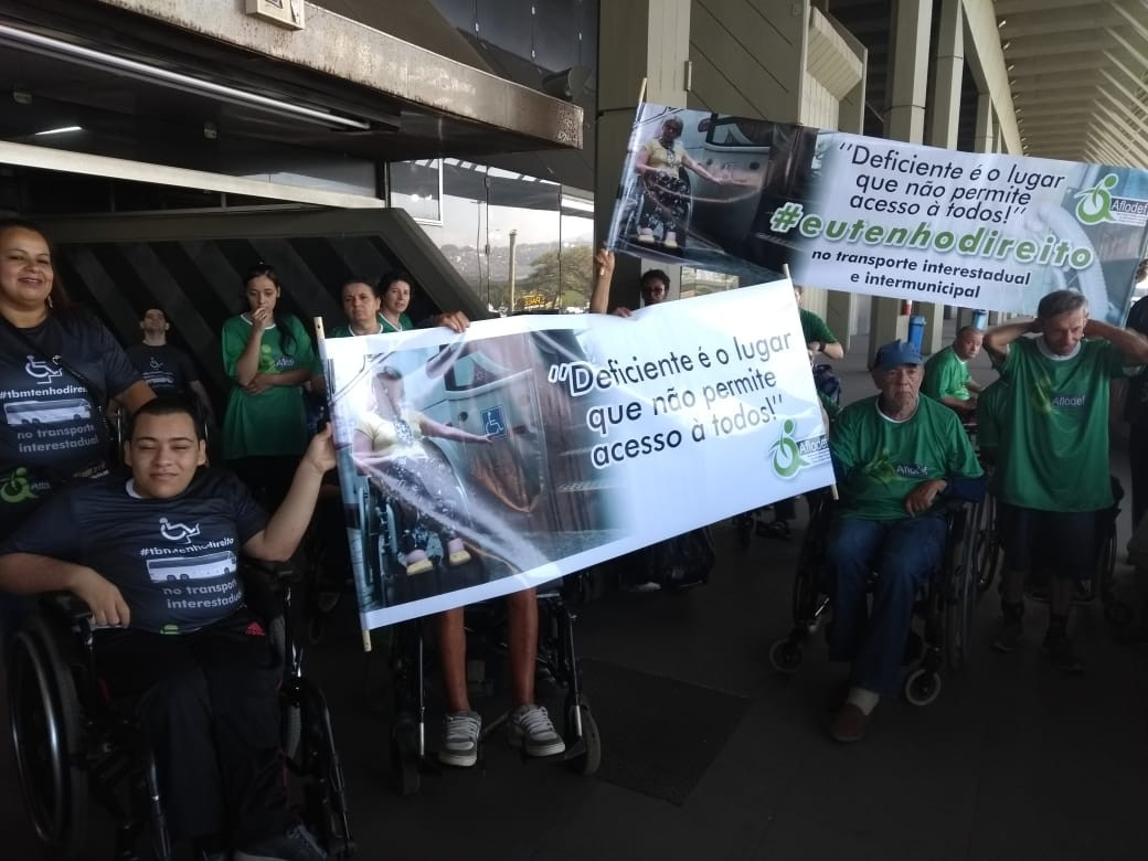 Pessoas com deficiência fazem protesto em Florianópolis e cobram aumento da frota de ônibus adaptados
