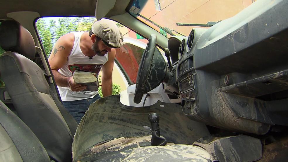 Carro de Divalmir ficou destruído após cair em canal durante a chuva no Recife — Foto: Reprodução/TV Globo