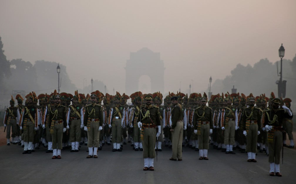 9 de janeiro - Um contingente paramilitar se prepara para marchar em frente ao Portão da Índia, um memorial de guerra histórico, durante os ensaios para o próximo desfile do Dia da República em Nova Deli, na Índia (Foto: Altaf Qadri/AP)