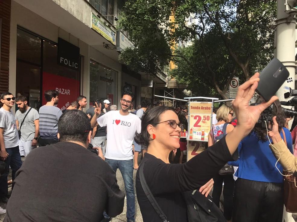 Sírio Mohamed Ali virou atração: tirou fotos, apareceu em selfies e teve longa fila por suas esfihas (Foto: Matheus Rodrigues/G1)