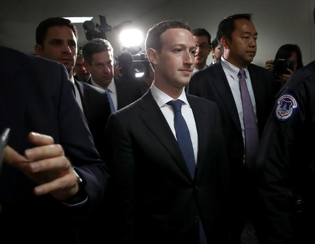 WASHINGTON, DC - APRIL 09:  Facebook CEO Mark Zuckerberg (C) leaves the office of Sen. Dianne Feinstein (D-CA) after meeting with Feinstein on Capitol Hill on April 9, 2018 in Washington, DC. Zuckerberg is meeting with individual senators in advance of to (Foto: Getty Images)
