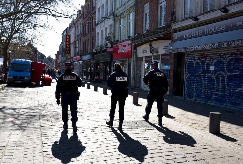 Policiais fazem patrulha pelas ruas vazias de Lille, na França — Foto: Francois Mori e Michel Spingler/AP Photo