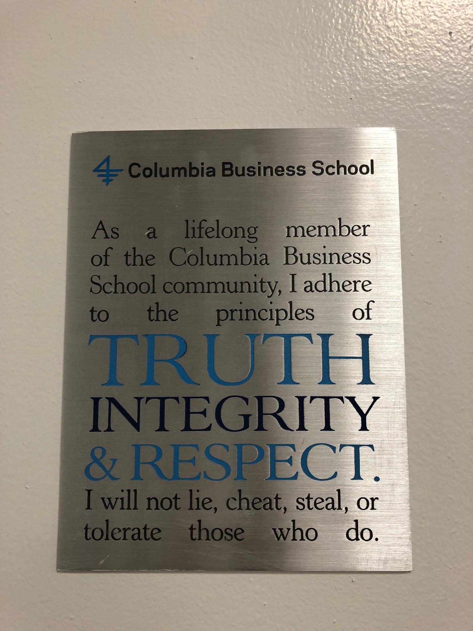 """Placa """"Truth, Integrity and Respect"""", na Escola de Negócios de Columbia (Foto: ARQUIVO PESSOAL/FERNANDA LOPES DE MACEDO THEES)"""