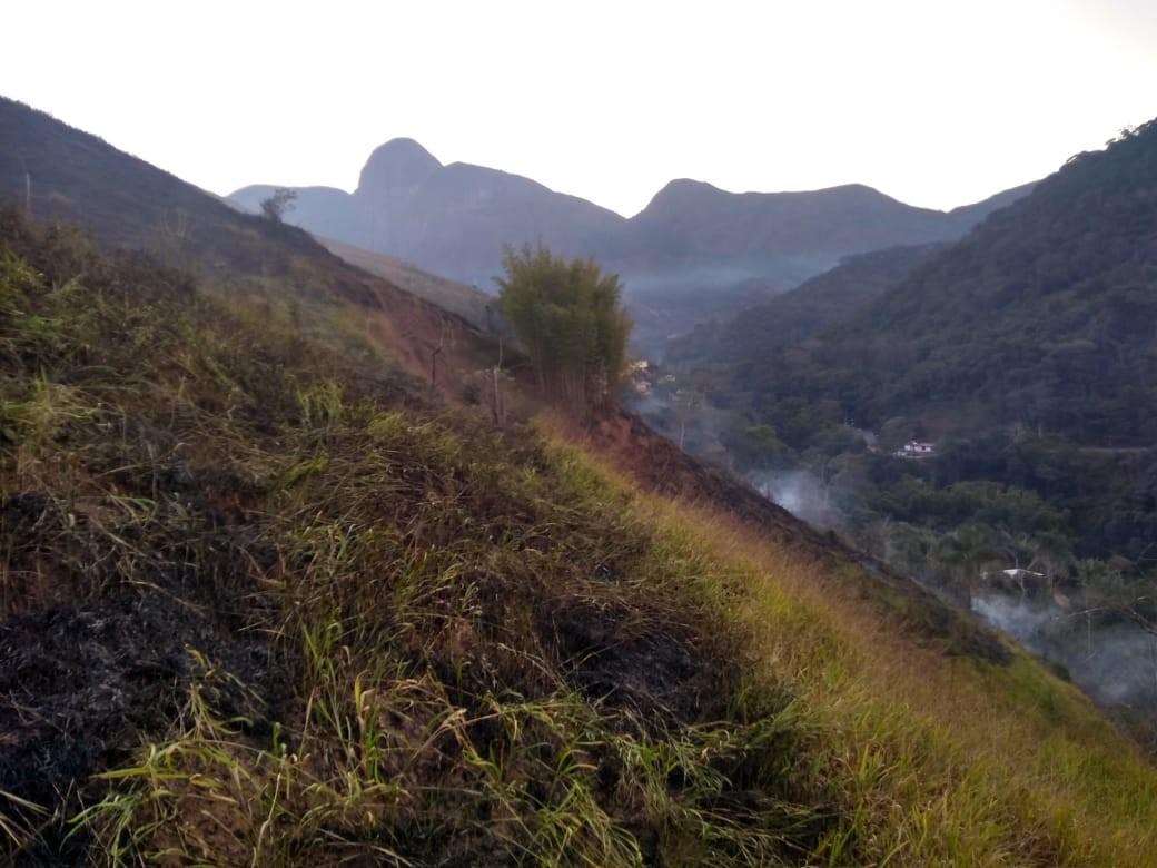 Bombeiros combatem incêndios florestais em Petrópolis, RJ, nesta segunda - Notícias - Plantão Diário