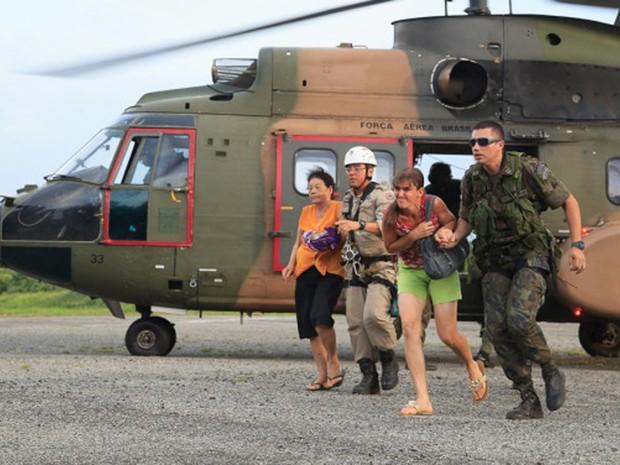 Família é resgatada de helicóptero em Baixo Guandu, Espírito Santo. (Foto: Sargento Batista/ Agência Força Aérea)
