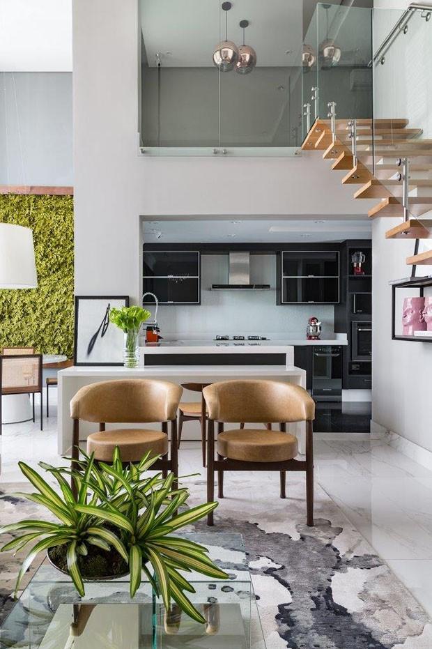 Apartamento em tons neutros com pé-direito alto em São Paulo (Foto: Evelyn Muller)