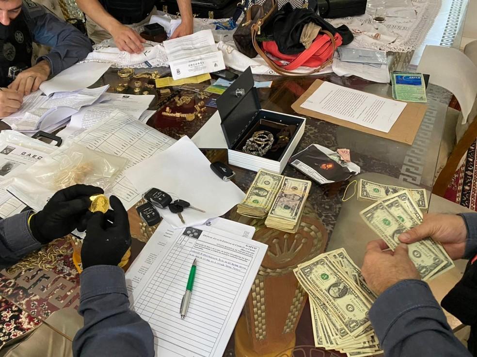 Joias e dólares também foram apreendidos com os suspeitos, em Foz do Iguaçu — Foto: Gaeco/Divulgação