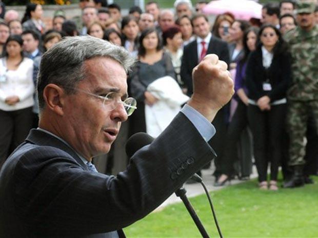 O presidente da Colômbia, Álvaro Uribe, fala durante durante cerimônia em Bogotá nesta terça-feira (27). (Foto: AP)