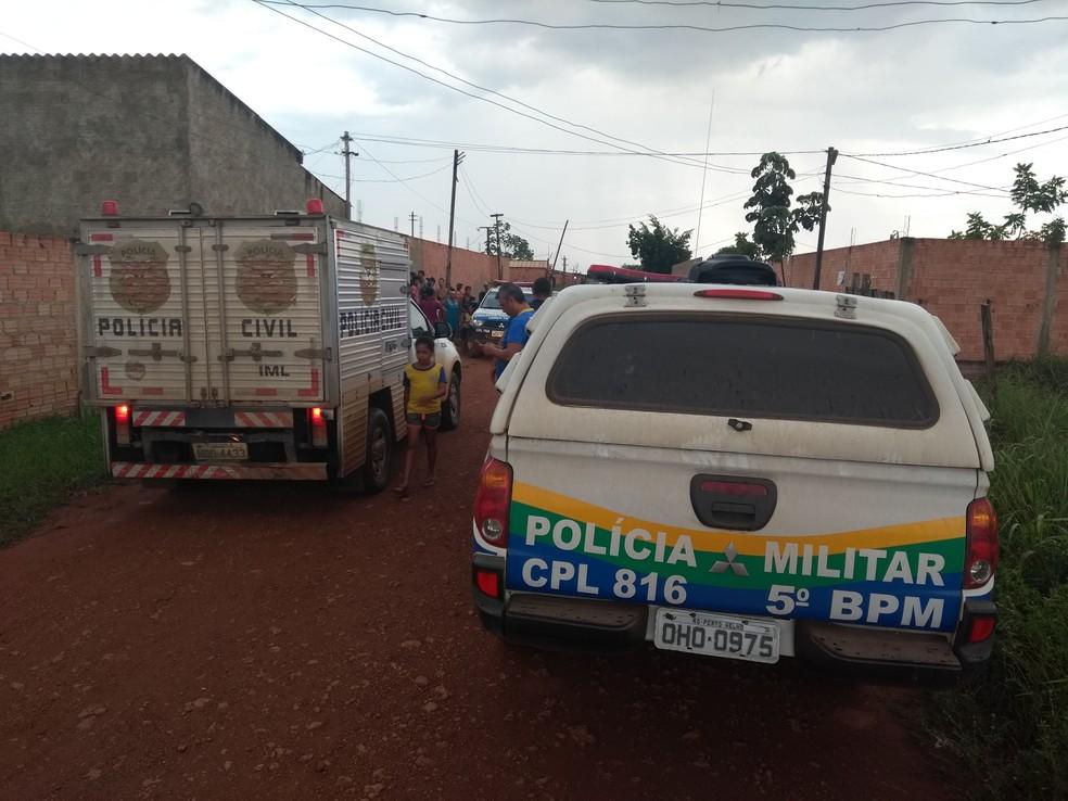 Polícia Civil e PM foram mobilizadas e, inicialmente, tratam o crime como latrocínio. — Foto: Toni Francis