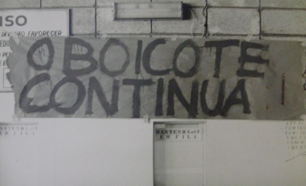 Mensagem escrita na parede de uma instituição de ensino em Mogi — Foto: Glauco Ricciele/Arquivo Pessoal