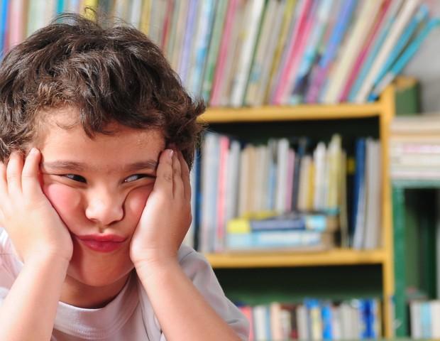 Criança chateada na escola (Foto: Shutterstock)