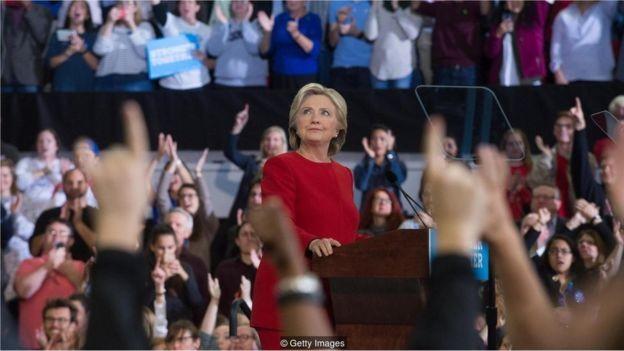 No período que antecedeu a eleição de 2016, candidata democrata Hillary Clinton mentiu muito menos do que seu rival Donald Trump (Foto: GETTY IMAGES)