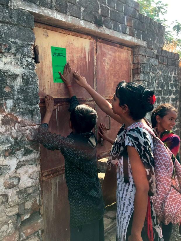 Crianças de Bhavnagar (Índia) apontam os problemas da comunidade ao andar pelas ruas. (Foto: Divulgação)