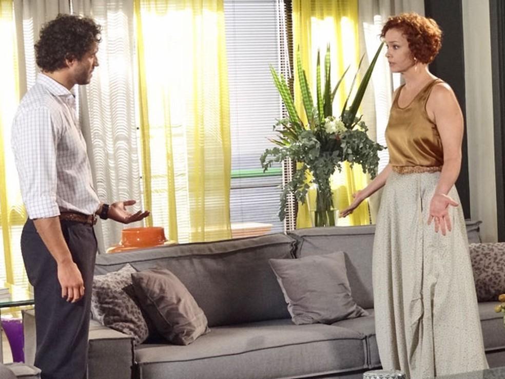 Guaracy revela traição e rompe com Esther em 'Fina Estampa' — Foto: Globo