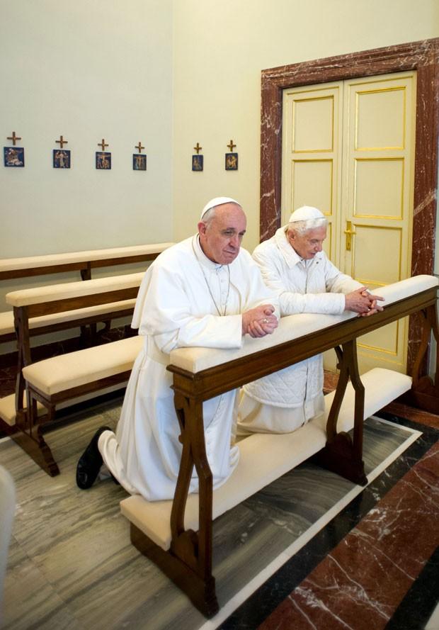 Papa Francisco e Bento XVI durante o encontro neste sábado (Foto: Osservatore Romano/AP)