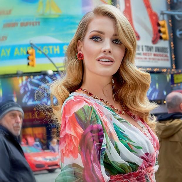 Lady Kitty Spencer para a Times Square em ensaio para a Vogue de junho (Foto: Reprodução)