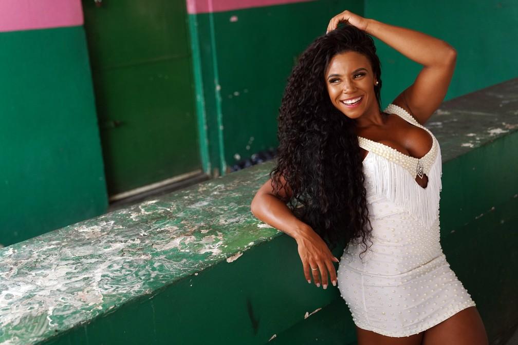 Evelyn Bastos posa para ensaio exclusivo do G1 na quadra da Mangueira — Foto: Marcos Serra Lima/G1