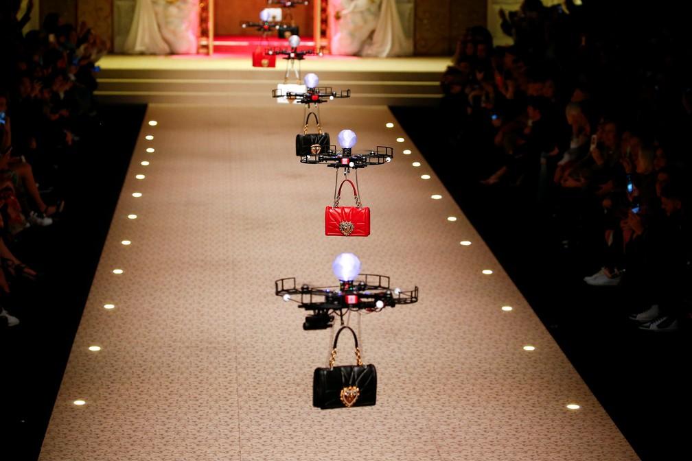 Desfile da Dolce e Gabbana levou drones à passarela, neste domingo (25), em Milão (Foto: Tony Gentile/Reuters)