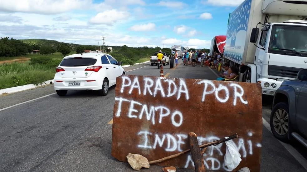 Na BR-427, em Caicó, manifestantes continuam acampados às margens da rodovia (Foto: Sidney Silva)