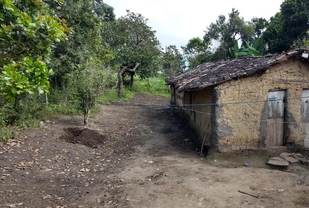 Mulher mantida em cárcere privado foi obrigada a cavar a própria cova em Bonito, diz polícia (Foto: Polícia Militar/Divulgação)