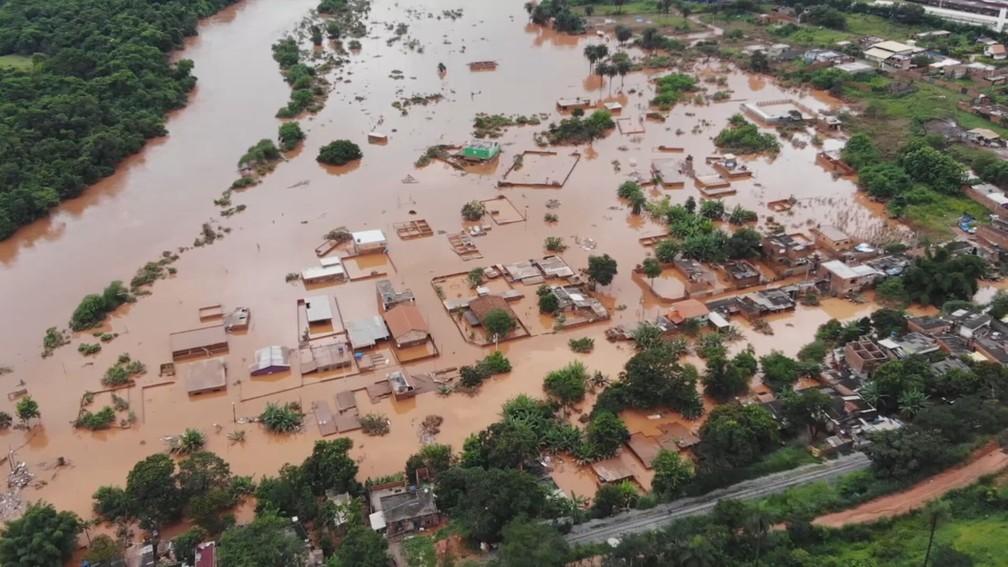 Santa Luzia, na Grande BH, ficou alagada após chuva de sexta-feira (24) — Foto: Alisson Pereira/Reprodução/TV Globo