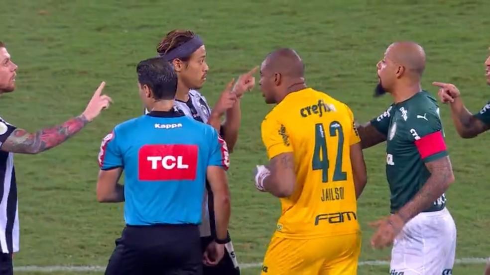 Honda faz sinal do VAR para Felipe Melo após gol do Botafogo — Foto: Reprodução